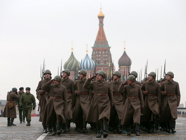 The event honored the participants of the November 7, 1941 parade who headed directly to the front lines to defend Moscow from the Nazi forces
