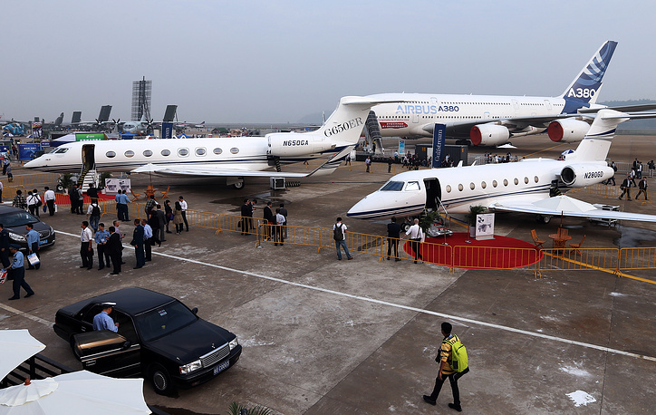 Photo: A Gulfstream G650 twin-engine business jet airplane, a Gulfstream G280 twin-engine business jet (front) and an Airbus A380 passenger airliner (background) on display at Air Show China 2014