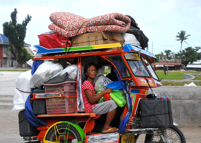 Photo: Typhoon survivors evacuate to safer grounds with their belongings, central Philippines