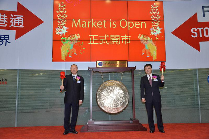 Mr. Fan Cheng (Left), vice president and executive director of Air China, and Mr. Xiao Feng (Right), CFO of Air China, strike the gong to start trading for the day