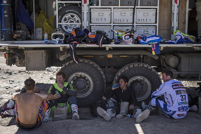 Dakar motorcycle competitors rest before the start of 4th stage of the Dakar Rally 2015 between Chilecito, Argentina and Copiapo, Chile, January 7