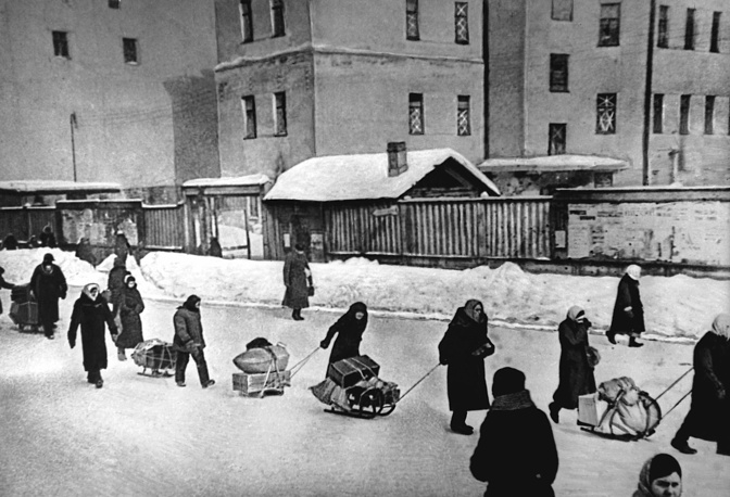 People taking their belongings to Finlyandsky station, 1942