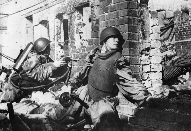 Soldiers during street fighting at Stalingrad