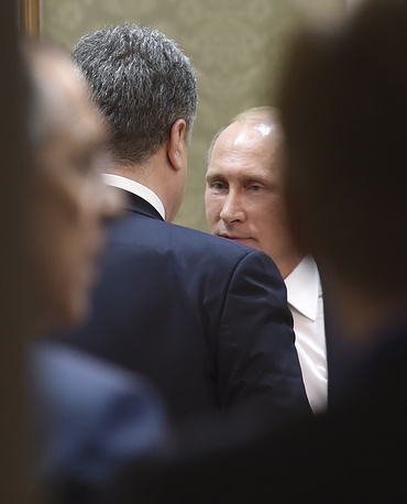Petro Poroshenko talking with Vladimir Putin
