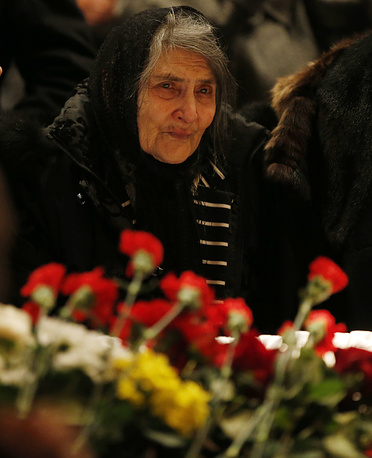 The mother of Boris Nemtsov, Dina Eidman near the coffin containing her son's body during a mourning ceremony