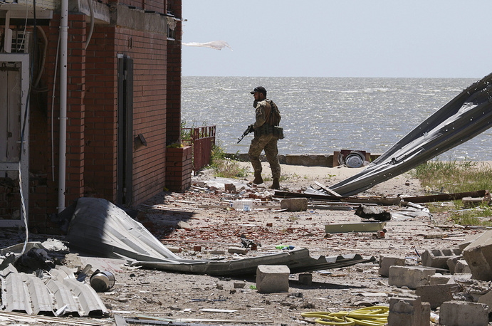 The militias of the self-proclaimed Donetsk People's Republic said on June 8 they have registered 30 ceasefire violations over the past 24 hours. Photo: A volunteer of the Azov Battalion patroling the area after shelling in Shirokino village, near the eastern city of Mariupol