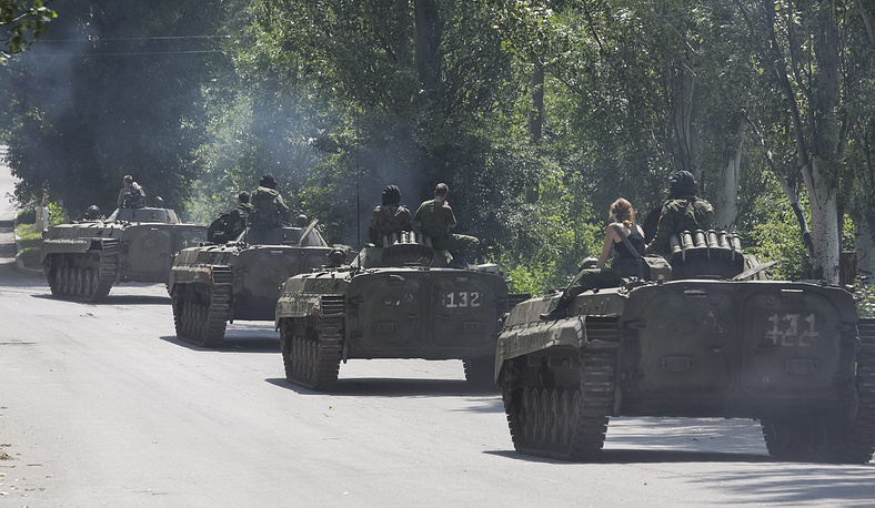 Observers of the OSCE Special Monitoring Mission said in their daily report on Monday that they witnessed the pullback of two columns of weapons of under 100mm caliber from the line of contact in the troubled Donbas region