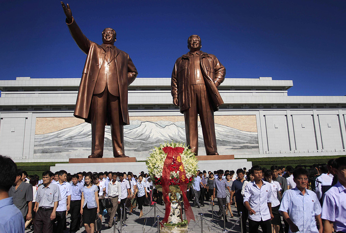 """One of Pyongyang's many historic names is Ryugyong, or """"capital of willows"""". Photo: bronze statues of North Korean late leader Kim Il Sung and his son, Kim Jong Il at Mansu Hill,  in Pyongyang"""