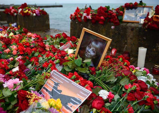 Flowers and candles in memory of the Tupolev Tu-154 crash victims in Sochi, Russia, December 28