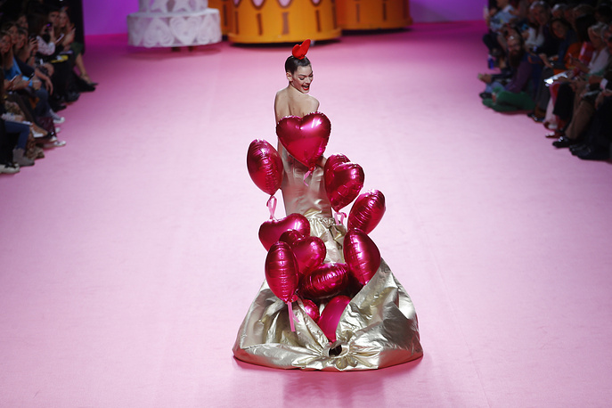 A model releases balloons from her dress as she displays a 2017-18 Fall/Winter creation by Spanish designer Agatha Ruiz de la Prada during the Madrid's Fashion Week, Spain, February 17