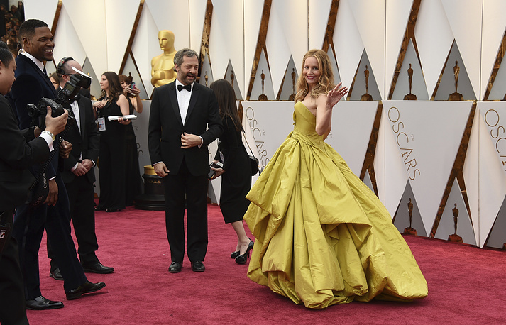Judd Apatow and Leslie Mann arrive at the Oscars at the Dolby Theatre in Los Angeles