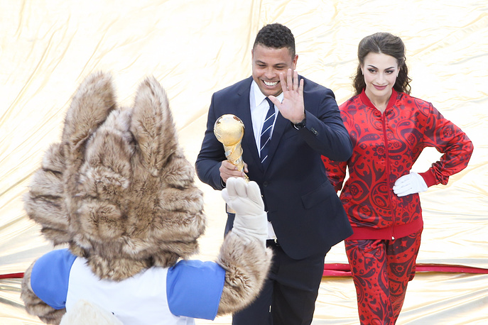 Brazilian footballer Ronaldo carries the trophy at the closing ceremony of the 2017 FIFA Confederations Cup