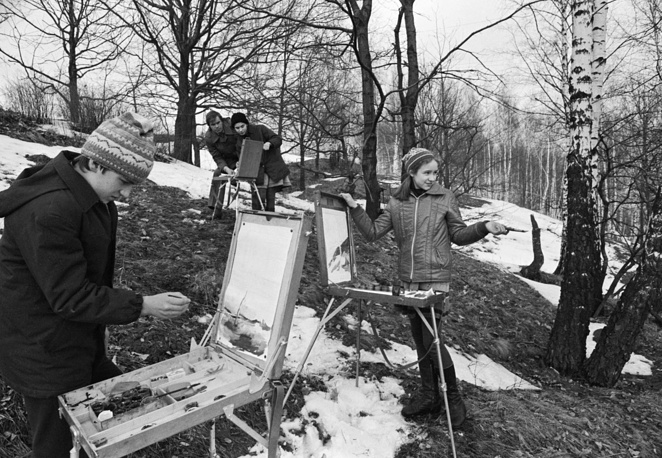 Smolensk art school students painting sketches, 1983