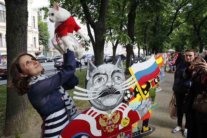 Veterinarian Anna Kondratyeva presents The Oracle-cat Achill from The Hermitage State museum, which will choose a winner of the games between the national soccer teams at the FIFA World Cup 2018 during the charity event 'My Love-Football and Cat' in St. Petersburg, June 9