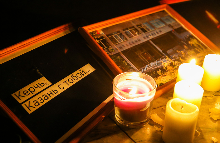 """Lit candles and a message reading """"Kerch, Kazan stands by you"""" left by mourners in Kazan"""