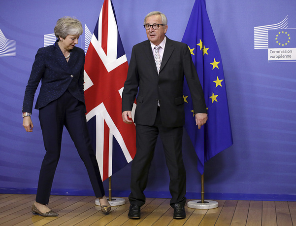 European Commission President Jean-Claude Juncker greets British Prime Minister Theresa May prior to a meeting at EU headquarters in Brussels, November 24. British Prime Minister Theresa May is kicking off a big Brexit weekend by traveling to EU headquarters in Brussels for talks with key leaders