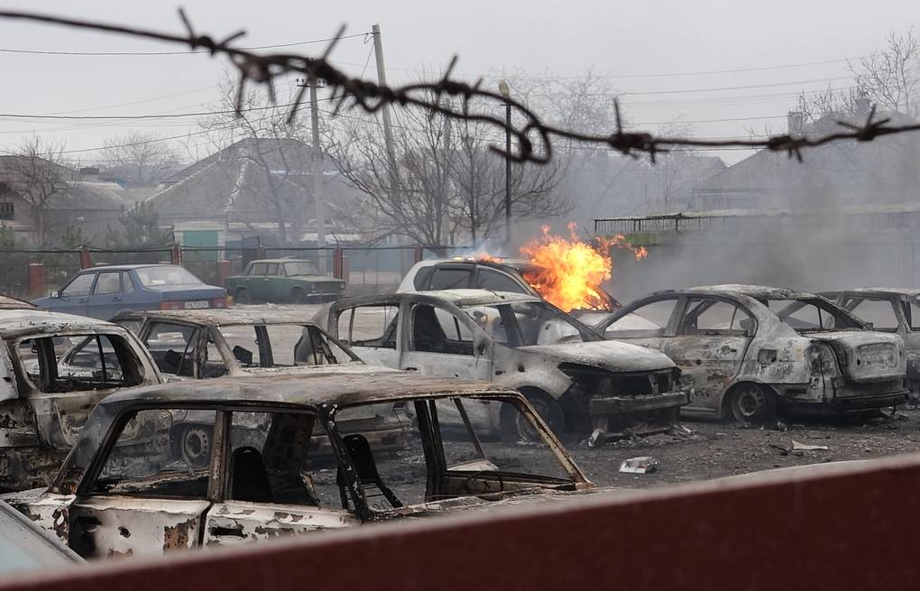 Burnt out vehicles in a street in Mariupol, Ukraine Danil Bodrov/TASS