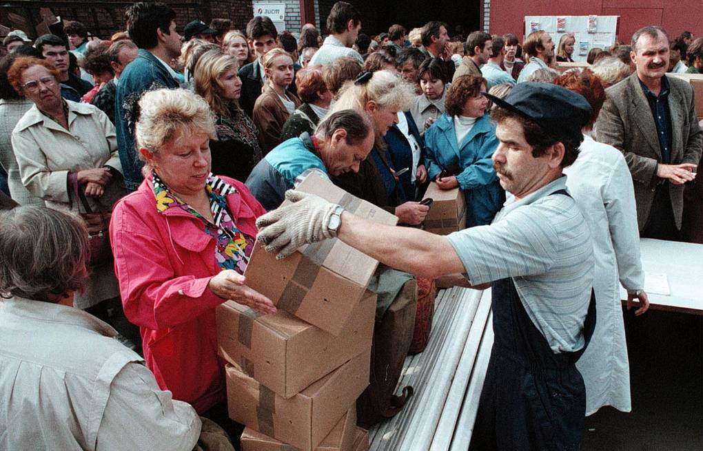 People crowd buying products at pre-crisis prices in St.Petersburg, 1998 AP Photo/Dmitry Lovetsky