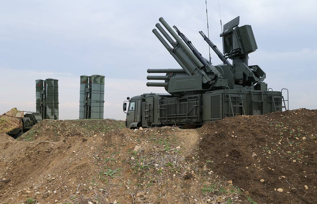Russian Pantsyr-S1 air defense weapon system and the S-400 long-range air defense missile systems at Hemeimeem air base in Syria Vadim Savitsky/Russian Defense Ministry Press Service via AP