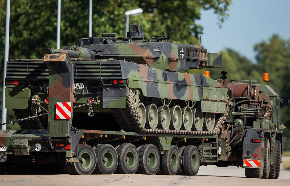 The Leopard 2 tank of the German armed forces  EPA/JENS BUETTNER