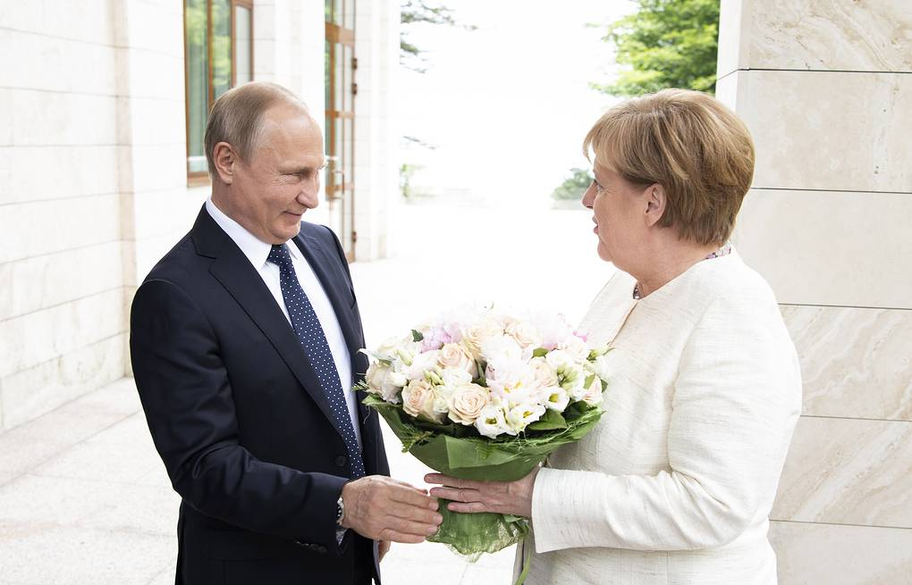 Russian President Vladimir Putin welcoming German Chancellor Angela Merkel in Sochi EPA-EFE/GUIDO BERGMANN/BUNDESREGIERUNG