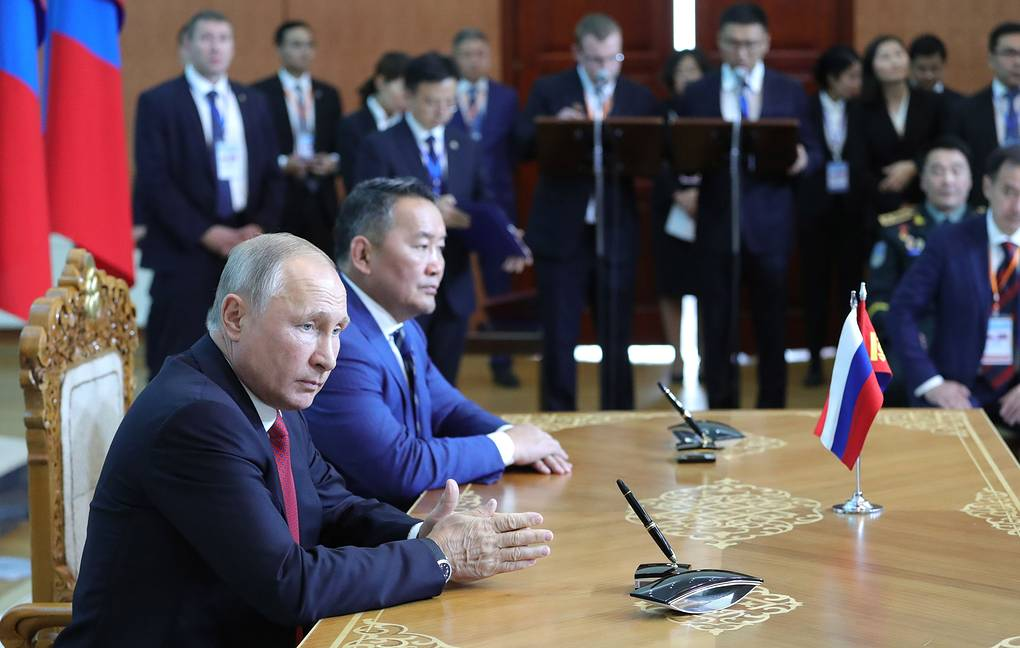 Russian President Vladimir Putin and Mongolian President Khaltmaagiin Battulga Mikhail Klimentyev/Russian Presidential Press and Information Office/TASS