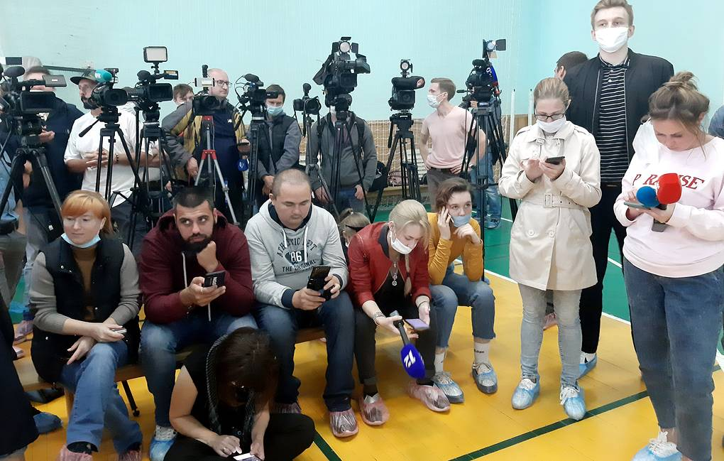 Journalists wait for Alexander Murakhovsky, head physician of Omsk Ambulance Hospital No 1, at the hospital's gym Alexei Petrov/TASS