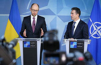 Ukrainian interim Prime Minister Arseniy Yatsenyuk (L) and NATO Secretary General Anders Fogh Rasmussen (R)