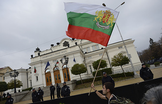 A Bulgarian student waves the National flag (archive)
