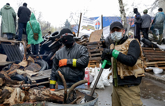 Protesters at a barricade in Sloviansk