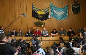 Press conference of the captured OSCE military observers in Sloviansk, Apr. 27