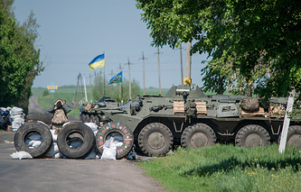 Ukrainian soldiers stand guard at a checkpoint (archive)