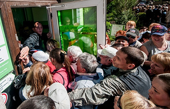 Clients try to get into Privatbank in Crimea in April 2014