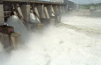 Water discharges from a reservoir (archive)