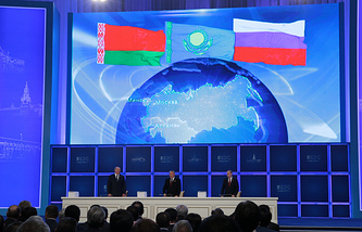 Left to right: President Alexander Lukashenko of Belarus, Nursultan Nazarbayev of Kazakhstan, and Vladimir Putin of Russia signing joint documents on Eurasian Economic Union