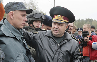 Ukrainian National Guard head Stepan Poltorak (right)