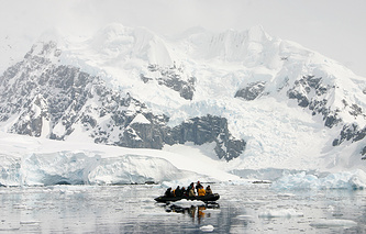 Tourists in the Antarctic (archive)