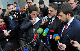 Vladislav Deinego and Denis Pushilin talk to reporters