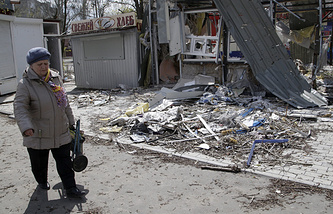 Damaged street after shelling in Oktiabrskiy village near the International Airport in Donetsk (archive)