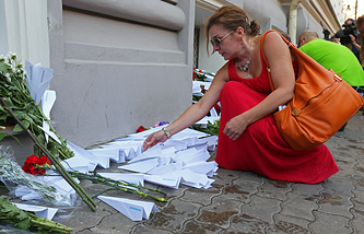 People bring flowers to the Embassy of the Netherlands in Moscow to commemorate victims of the Malaysian Boeing 777 crashed near the village of Grabovo, in eastern Ukraine, on July 17, 2014