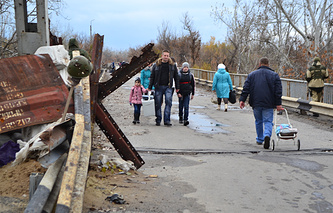 Local residents at a checkpoint on the line of contact between Ukraine government troops and the self-proclaimed Luhansk People's Republic