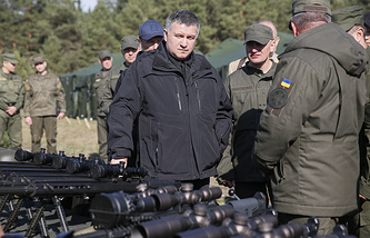 Interior Minister Arsen Avakov (center)