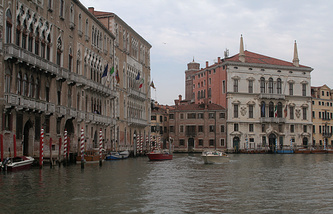 Palazzo Balbi (right), the seat of the Regional Council of the Veneto