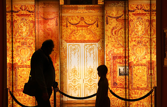 Visitors looking at pictures of the lost Amber Room at the Amber Museum in Ribnitz-Damgarten (archive)