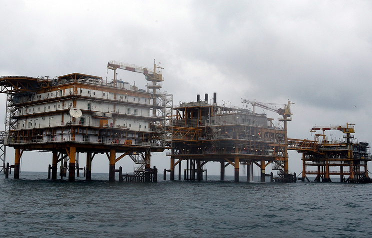 Iranian oil platforms (file photo)