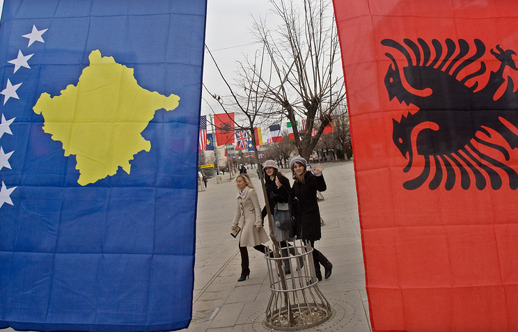 Kosovo (left) and Albania (right) flags (archive)