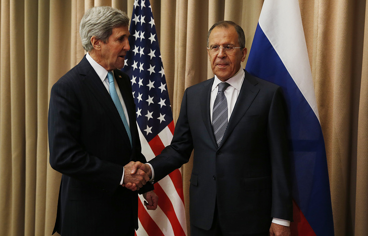 Russian Foreign Minister Sergei Lavrov (right) and US Secretary of State John Kerry