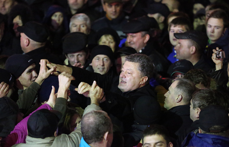 Presidential candidate Petro Poroshenko (center) in a crowd of people