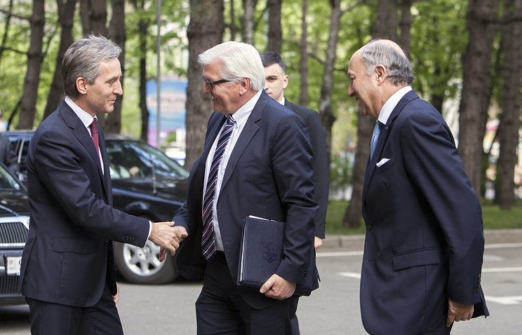 The Foreign Minister of Germany Frank-Walter Steinmeier (C) shake hands with Prime-Minister of Moldova Iurie Leanca (L) as Foreign Minister of France Laurent Fabius looks on during their official visit in Chisinau