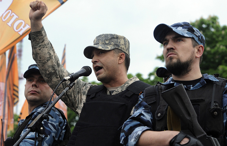 People's governor of Ukraine's Luhansk region Valery Bolotov (center)